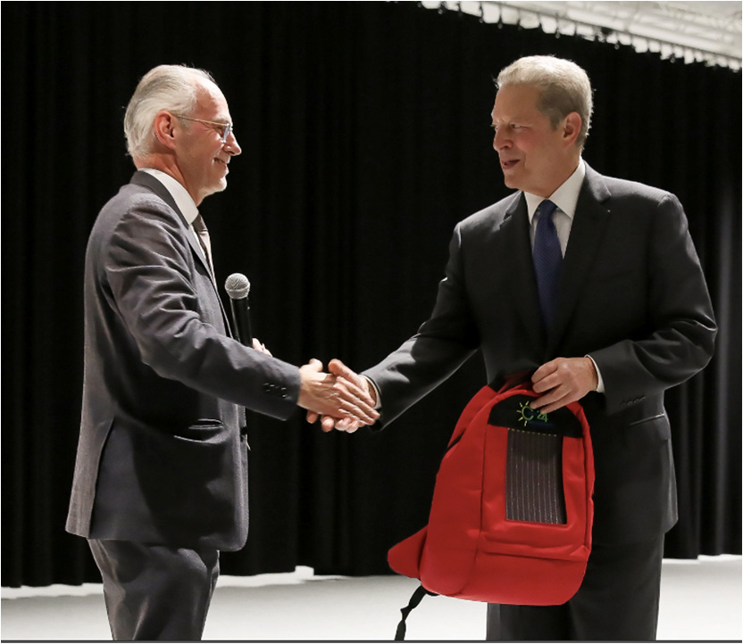 Al Gore receives GCell solar backpack